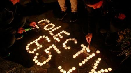 30 октомври 2019 - жители на Букурещ палят свещи памет на загиналите при пожара в клуб