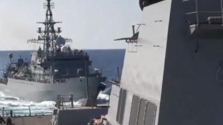 Кадър от видео, разпространено от Пети американски флот, показва руския кораб в непосредствена близост до американския.