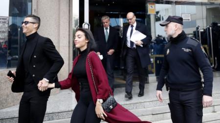 Роналдо и Джорджина напускат сградата на съда в Мадрид.