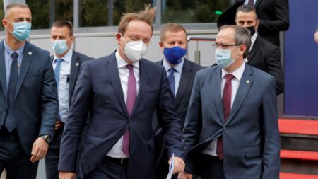 Еврокомисарят по разширяването Оливер Вархей (в средата) и косовският министър-председател Авдулах Хоти в Прищина - 8 октомври 2020