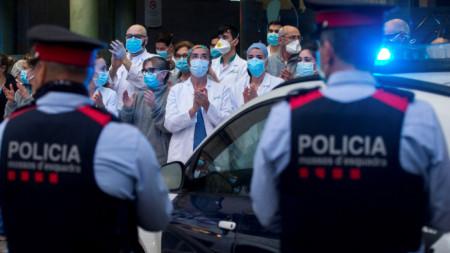 Медици аплодират органите на реда в Барселона, 6 април 2020 г.