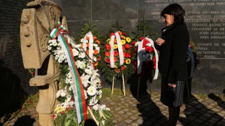 Председателят на парламента Цвета Караянчева на церемонията в София по отдаване на почит на жертвите на комунистическия режим.