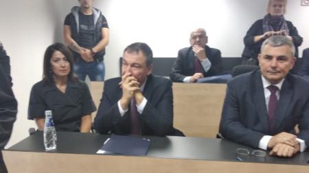 Белезниците на Николай Димитров бяха свалени за церемонията.