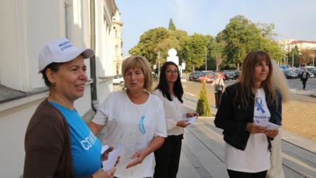Протестиращи медицински сестри раздават листовки на народните представители