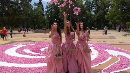Община Казанлък поздрави жителите за Празника на града с пищно цветно пано от 72 000 розови цвята, обединени в една красива роза.