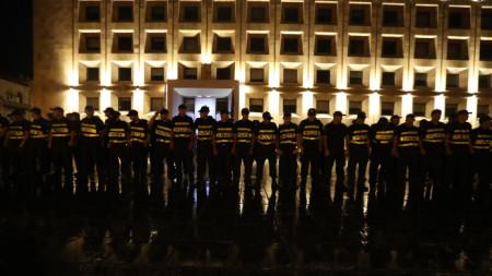 Полиция пази сградата на грузинския парламент по време на протеста в Тбилиси.