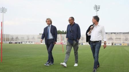 :Маурицио Сари (в средата) разглежда базата на Ювентус, воден от директора Павел Недвед (вляво)