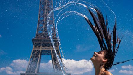 Заради високите темпуратури в 4000 училища във Франция днес занятията са частично или напълно прекратени.