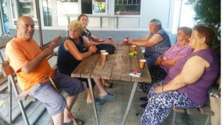 Пенсионери от квартал Ораново, град Симитли на традиционната си сутрешна среща на кафе
