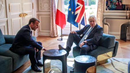 Еманюел Макрон и Борис Джонсън в началото на срещата им в Елисейския дворец в Париж.