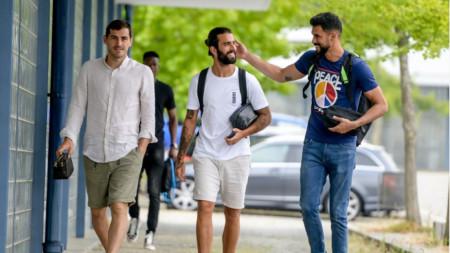 Икер Касияс (вляво) тренира с Порто днес.