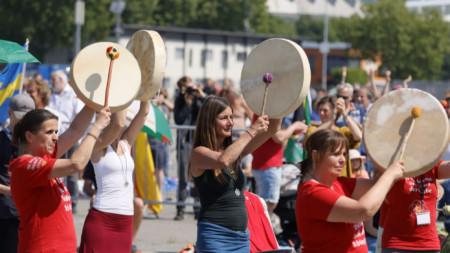 Протест в Щутгарт срещу ограниченията заради Covid-19 на 16 май - един от серията, организирани в Германия от различни групи.