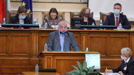 Арман Бабикян прави изказване в пленарната зала на Народното събрание-  23 април 2021 г.