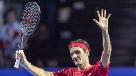 Федерер приема овациите на публиката в Базел.