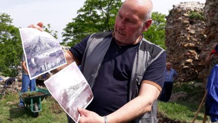 Проф. Николай Овчаров на фона на започналите разкопки на Калето в Свищов