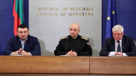 Министър Младен Маринов, ген. Венцислав Мутафчийски и министър Кирил Ананиев