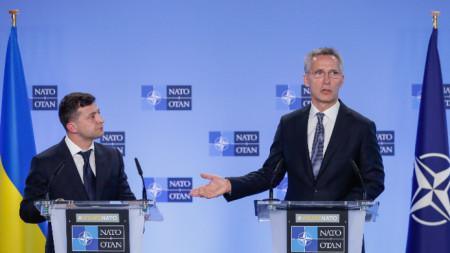 Володимир Зеленски на съвместен брифинг с Йенс Столтенберг в щаб квартирата на НАТО в Брюксел.