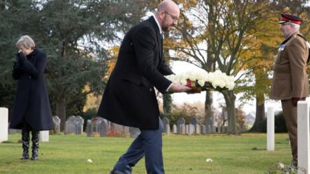 Инцидентът станал, след като Шарл Мишел и Тереза Мей положили венци на гробовете на британски войници в Монс
