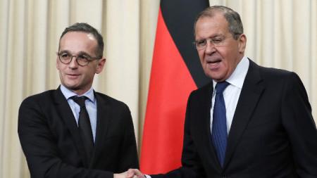 Външните министри на Германия Хайко Маас (вляво) и на Русия Сергей Лавров се срещнаха в Москва