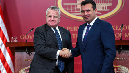 Заместник-държавният секретар на САЩ Джон Съливан (вляво) обвини Русия, че опитва да провали договора за смяната на името на Македония