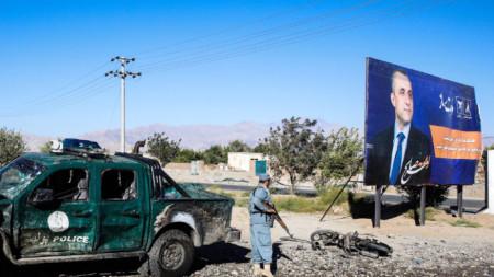 Афганистански полицай на мястото на атентата на контролен пункт за предизборния митинг на президента Ашраф Гани в Чарикар – столица на централната провинция Парван.