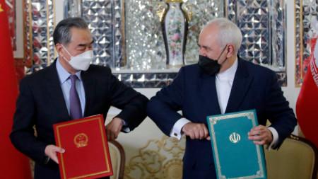 Първите дипломати на Китай и Иран се поздравяват след подписването на договора