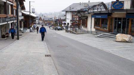 Полицаи патрулират във Вербие, Швейцария.