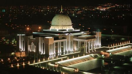 Президентският дворец в Ашхабад, столицата на Туркменистан.