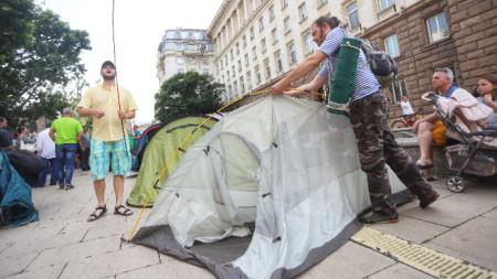 Протестиращите призоваха президента да наложи вето върху новите правила за дивото къмпингуване.