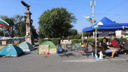 Централни кръстовища в столицата остават блокирани за движение