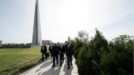 Президентът на Армения Армен Саркисян и премиерът Никол Пашинян отдадоха почит на жертвите