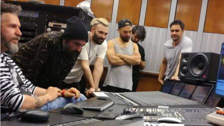Jeremy? и звукорежисьорът Константин Райдовски в апаратната на Второ студио на БНР.