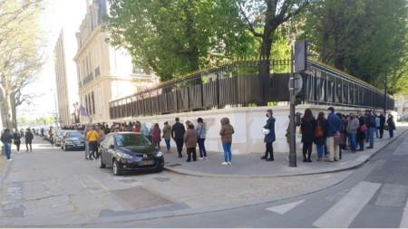 Българи чакат да гласуват в Париж на парламентарните избори на 4 април 2021 г.