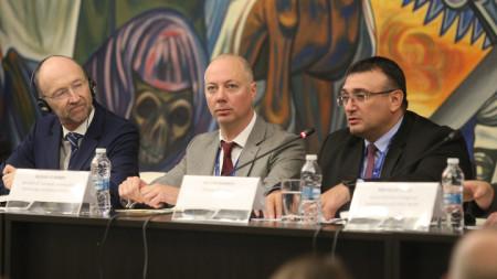 Министрите Росен Желязков (в средата) и Младен Маринов (вдясно) откриха конференция по пътна безопасност.