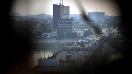 Иракската столица Багдад в далечината по време на протеста на 30 октомври.