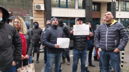 Младежи от БСП настояха за оставката на Корнелия Нинова.