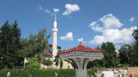 Чадър чешма/Шарената чешма, на фона на Байракли джамия