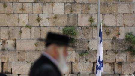 Израелското знаме е спуснато в памет на загиналите при инцидента в Мерон.