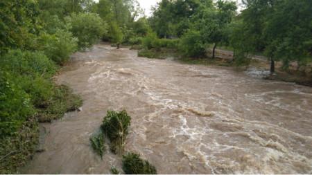 В казанлъшкото село Средногорово се е разляла местната река Гюрля