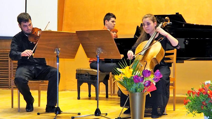 Александър Иванов (цигулка), Теодора Атанасова (виолончело), Симеон Златков (пиано)