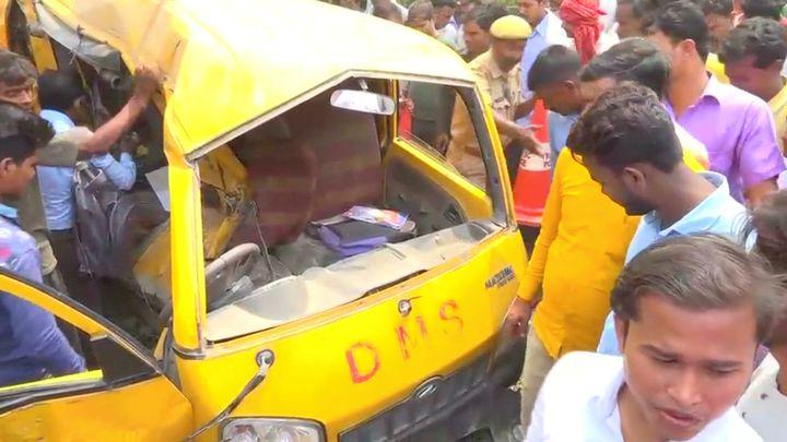 Индийци около смачкания училищен автобус, блъснат от влак на неохраняем жп прелез в щата Утар Прадеш.