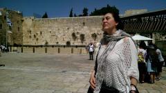 Димитрина Кюркчиева пред Стената на плача в Йерусалим.