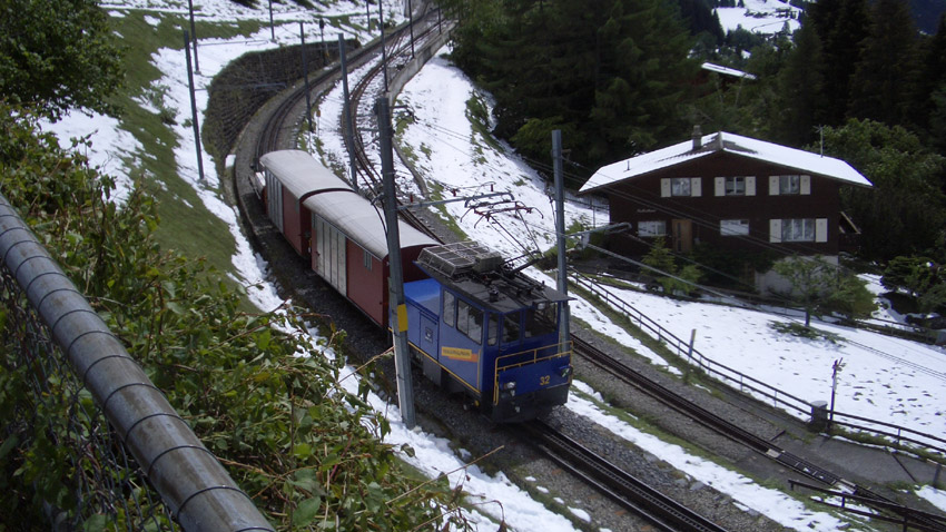 Товарен влак се движи по старата оригинална линия в Швейцарските Алпи.       Снимка: en.wikipedia.org