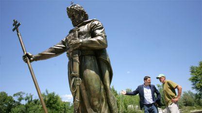 Ο πρόεδρος του κοινωφελούς ιδρύματος «Βουλγαρική μνήμη» Μιλέν Βράμπεφσκι με τον γλύπτη Αλεξάνταρ Χάιτοφ