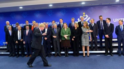 Външният министър на Великобритания Борис Джонсън бърза да се присъедини към колегите си от ЕС на общата снимка на срещата във формата