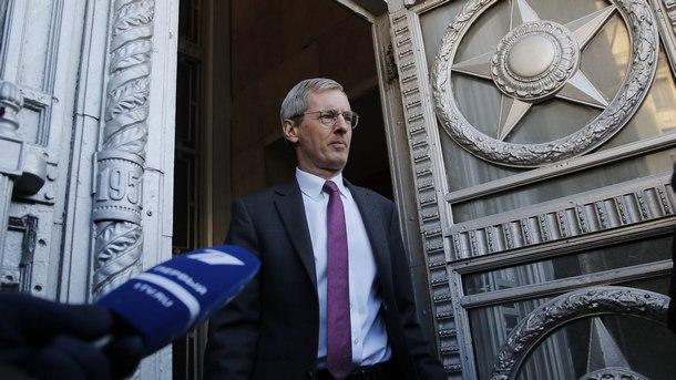 Британският посланик в Москва напуска руското Министерство на външните работи с официалния отговор на Русия на британските мерки по случая