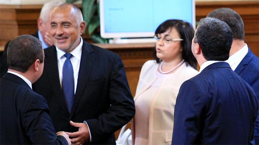 Boyko Borissov (L) and Kornelia Ninova in parliament