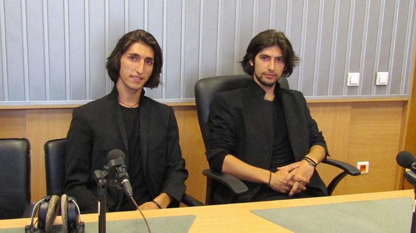 Братята Реджеп (вляво) и Емрах Якъбови в студиото на предаването.