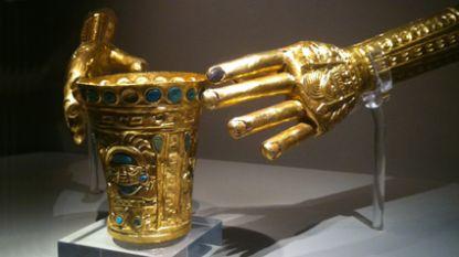 Чаша и ръкавици изработени от злато и скъпоценни камъни, датират от 750 – 1374, Перу