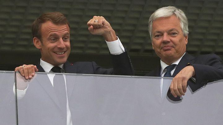 Френският президент Еманюел Макрон (вляво) и белгийският външен министър Дидие Рейндерс на полуфинала между отборите на двете страни в Санкт Петербург във вторник.